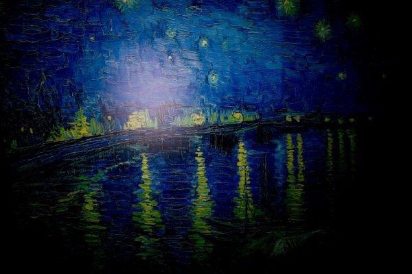 A obra do artista é marcada por cores intensas, vibrantes, que parecem ter movimento