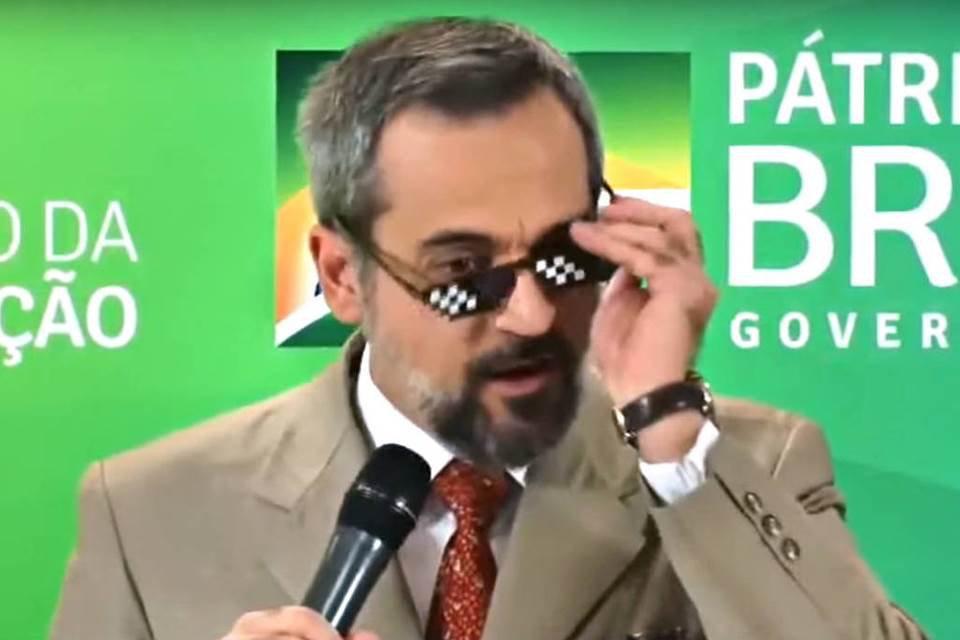 Weintraub tirando óculo de meme