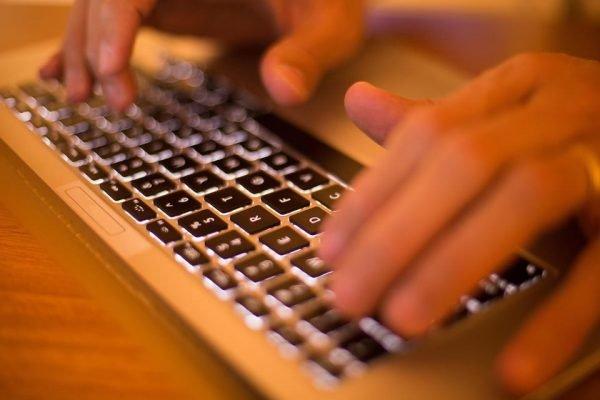 mãos no computador