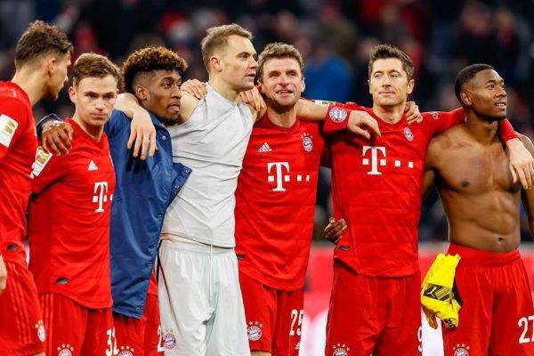 Jogadores do Bayern de Munique abraçados