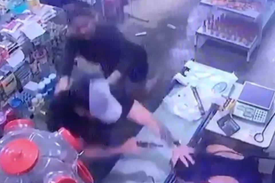 Resultado de imagem para homem atira mulher arma falha