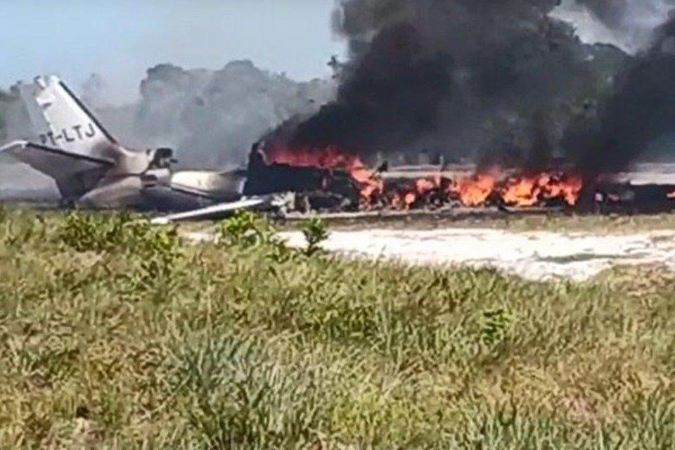 Vídeo. Avião cai ao pousar em resort, mata 1 e deixa 9 feridos