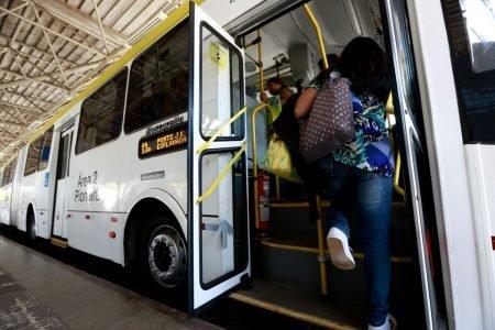 mulher entrando no ônibus