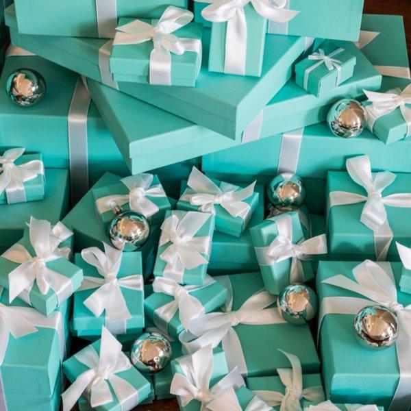 """""""Presentes"""" da Tiffany & Co., posicionados na base da árvore de natal"""