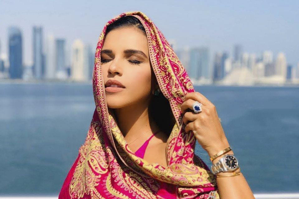 Em fotos e vídeos, confira a viagem da atriz e cantora pelo país árabe a convite da companhia aérea Qatar Airways