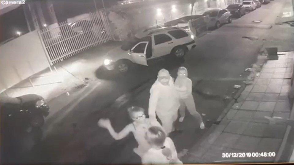 Resultado de imagem para Vídeo: briga entre PM e bombeiro tem tapa na cara e tiro pro alto