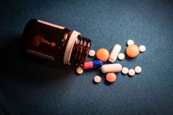 remédios em fundo azul
