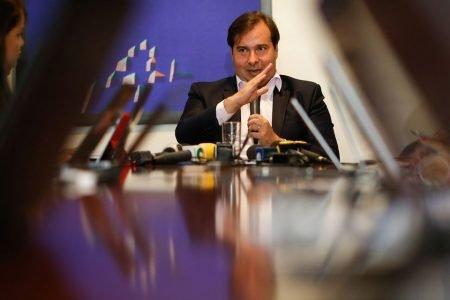 O presidente da Câmara dos Deputados, Rodrigo Maia, sentado a mesa durante café da manhã com jornalistas