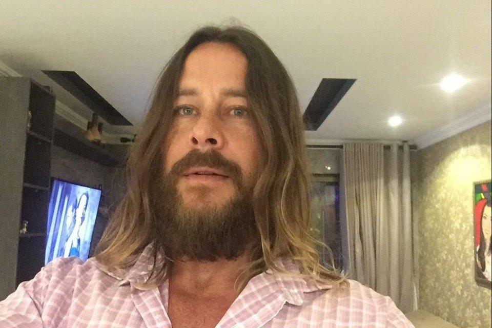 Theo Becker de cabelo grande