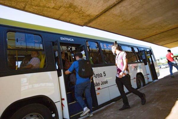 homem entrando no ônibus