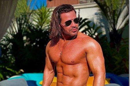 Eduardo Costa sem camisa
