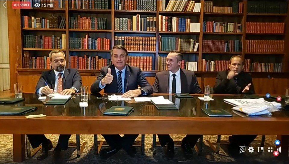 BOLSONARO ANUNCIA AUMENTO DE SALÁRIO PARA PROFESSORES DA EDUCAÇÃO BÁSICA