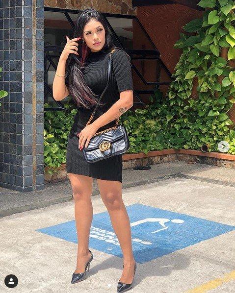 flayslane de vestido preto na rua