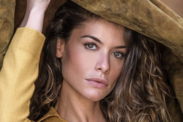 Alinne Moraes fazendo cara sexy