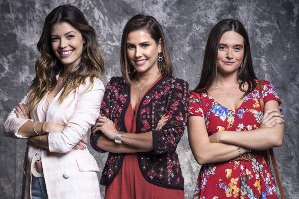 As protagosnistas da novela lada a lado: Alexia Máximo/Josimara (Deborah Secco), Luna Furtado/Fiona (Juliana Paiva) e Kyra Romantini/Cleyde (Vitória Strada)