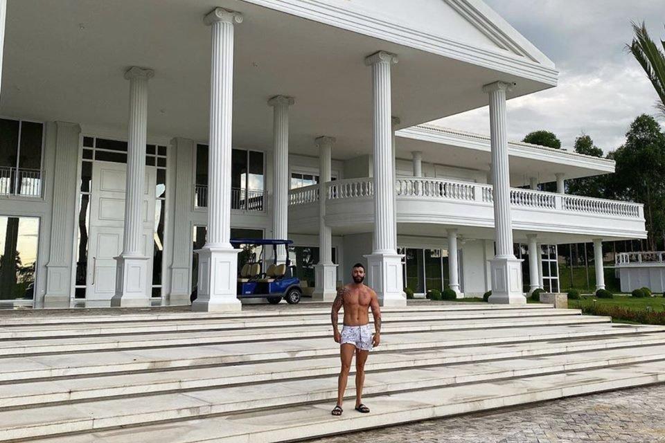 Gusttavo Lima de frente a sua mansão