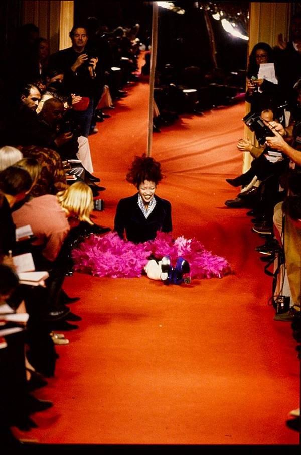 Naomi Campbell cai na passarela