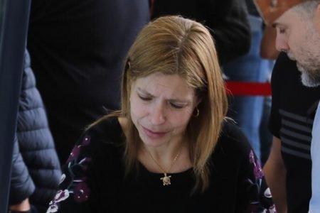 Rose Miriam chora em frente ao caixão de Gugu Liberato