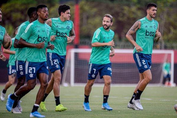 Jogadores do Flamengo treinam no Ninho do Urubu