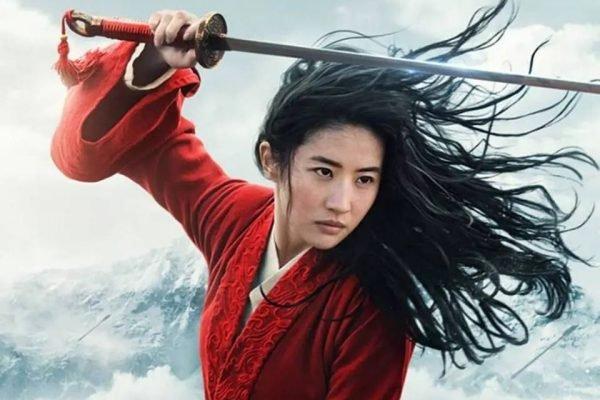 Atriz do filme Mulan com espada na mão e cabelos ao vento, maravilhosa