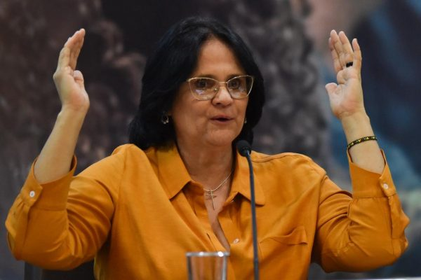 ministra Damares Alves, de camisa laranja