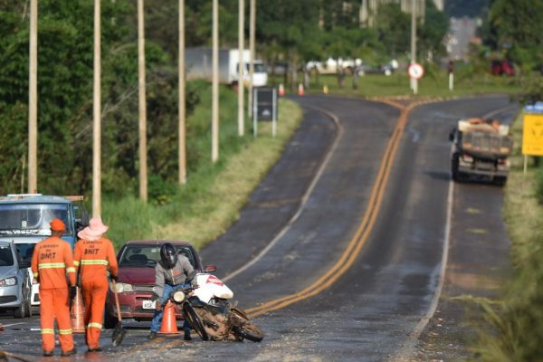 Motociclista se desequilibra e cai em estrada