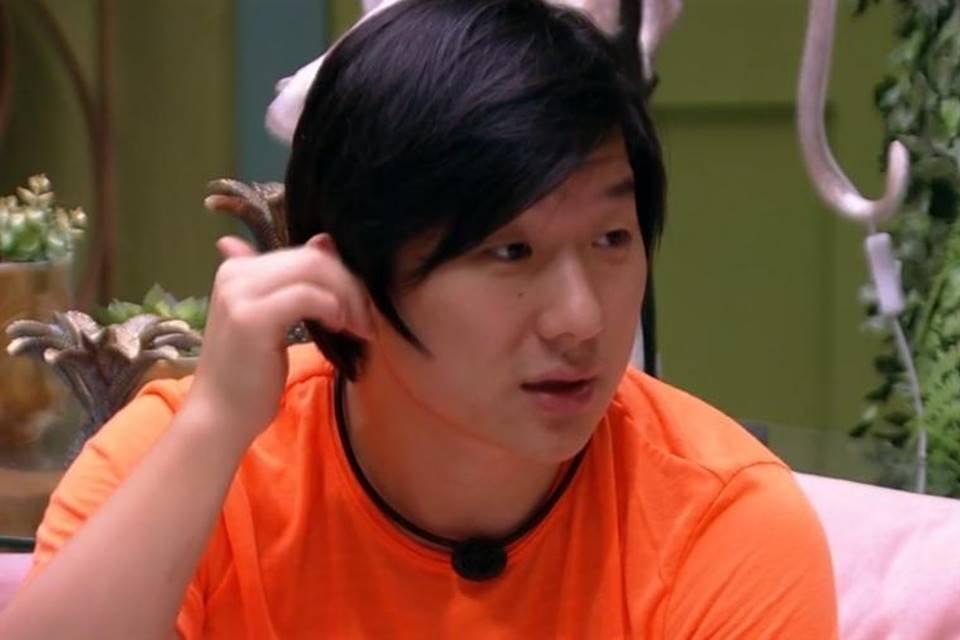 Pyong lee de camiseta laranja