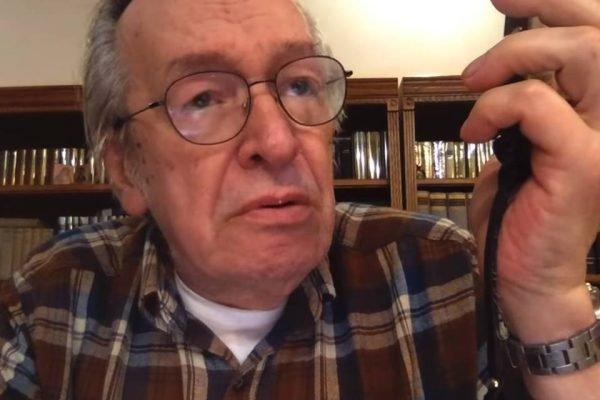 O escritor Olavo de Carvalho aparece com uma blusa xadrez
