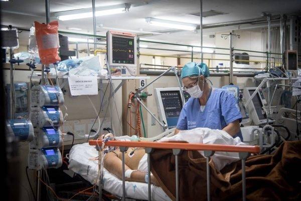 Paciente internado com máscara contra coronavírus