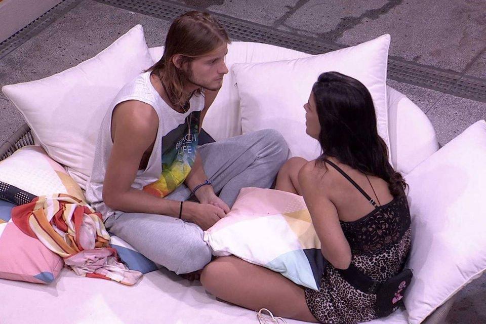 Ivy e Daniel sentados conversando