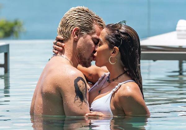 Anitta e Thiago em beijo quente