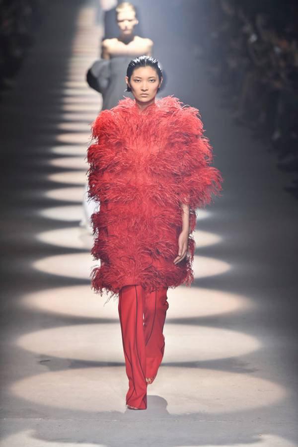Modelo na passarela da Givenchy