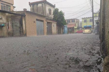 A chuva alagou a rua