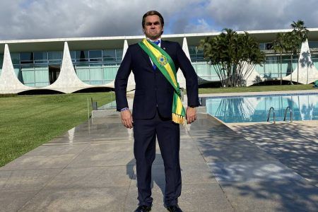 Comediante Marvio Lucio, o Carioca, vestido de Bolsonaro