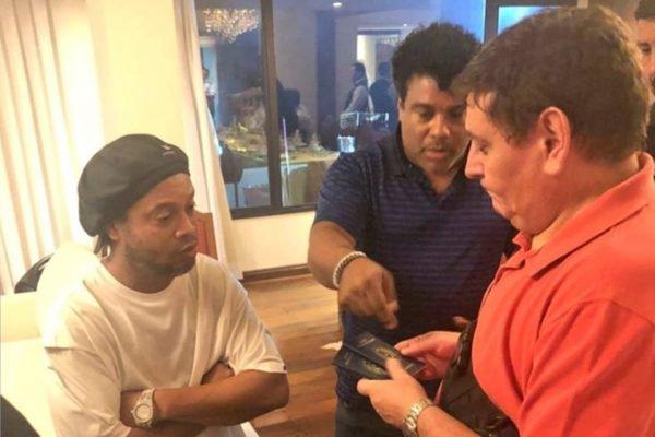 Ronaldinho com passaporte falso no Paraguai