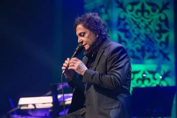 Fábio Jr. cantando durante show