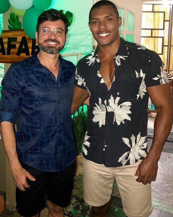 Modelo Max Souza e prefeito de Lins
