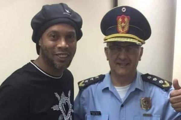 Ronaldinho Gaúcho com policial no Paraguai