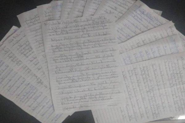 Cartas escritas pelo idoso. Os recados apontam a vizinha por praticar bruxaria