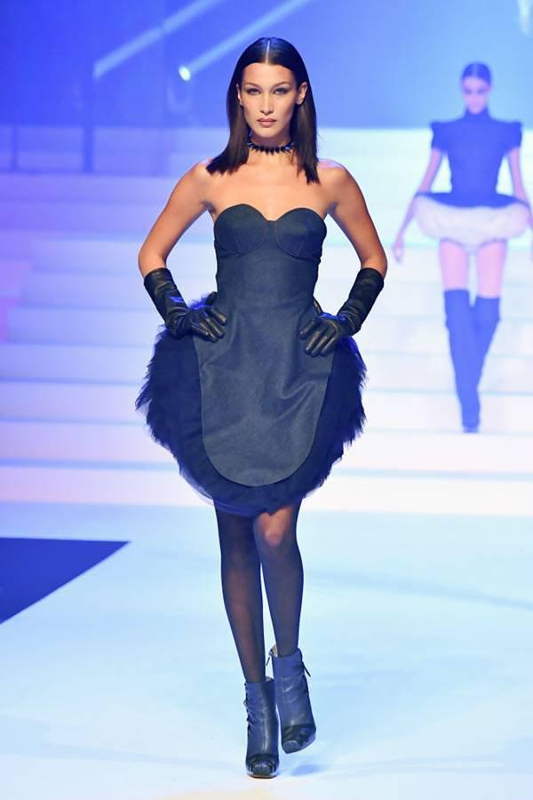 Modelo na passarela de Jean Paul Gaultier