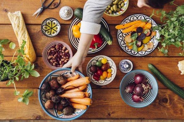 Mulher colocando alimentos na mesa
