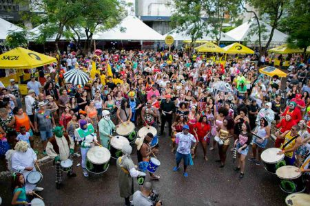 Bloco Galo Cego anima o pré-carnaval na área central de Brasília