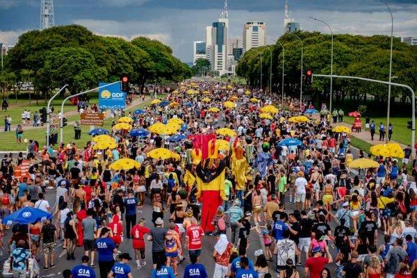 Carnaval Bloco Galinho de Brasília passando pelo Eixo Monumental