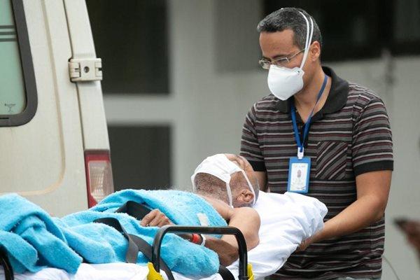Paciente entra com máscara no Hospital Regional da Asa Norte (Hran)