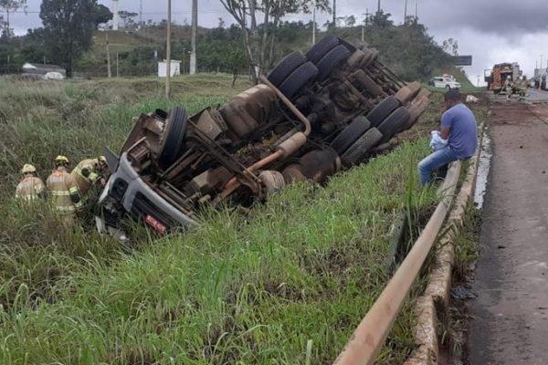 Caminhão tomba na BR-020