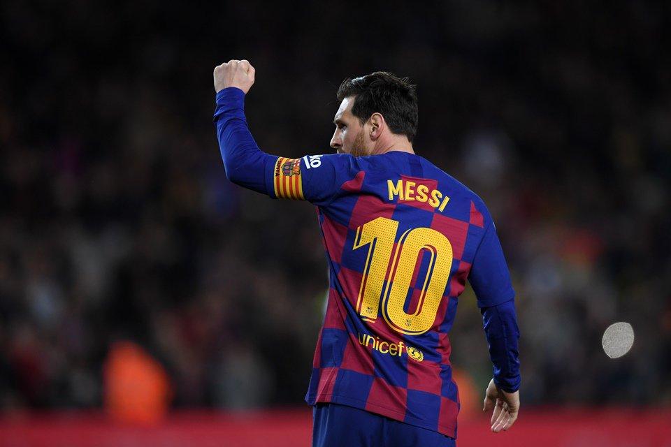 Messi levanta la mano en celebración