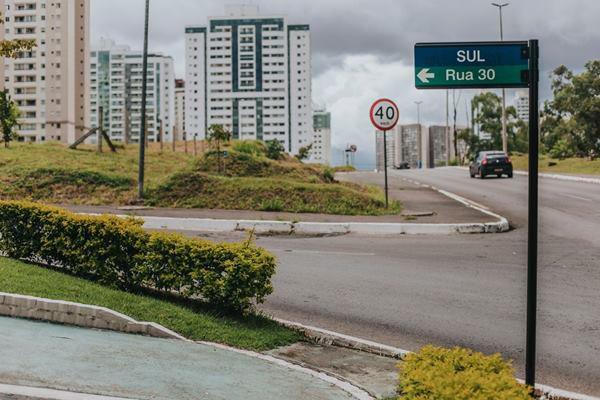 De acordo com a Polícia Civil, a mulher saiu da praça de skate, na Rua 37 Sul, e seguia para casa, por volta das 22h, quando foi abordada pelos criminosos.