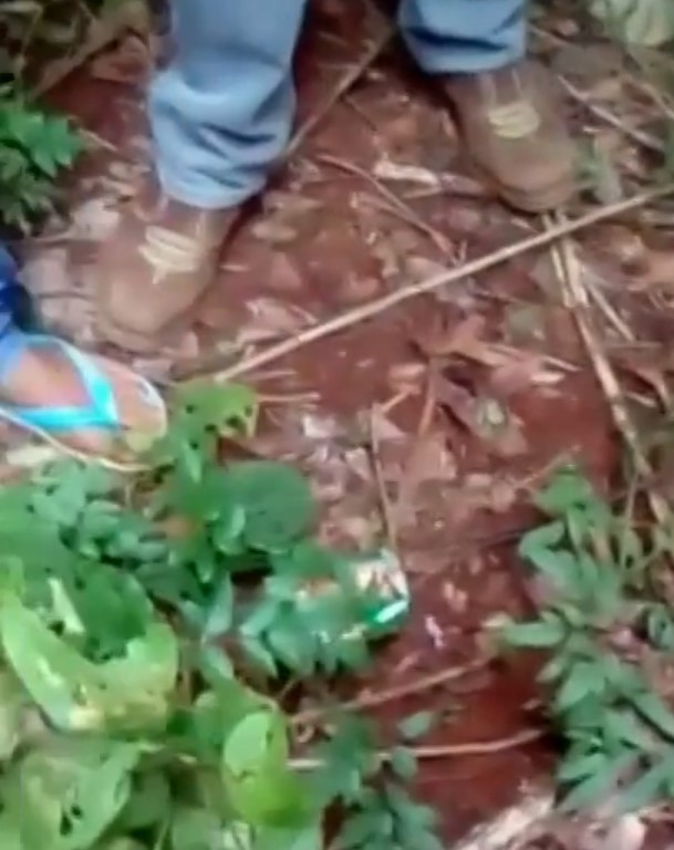Os suspeitos filmam os pés antes de filmarem o garoto