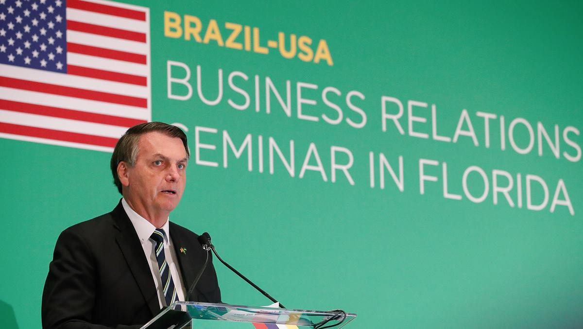 Bolsonaro em seminário com bandeira dos EUA ao fundo