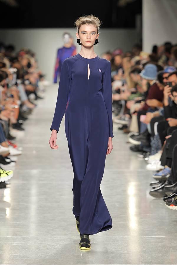Modelo na passarela com vestido azul